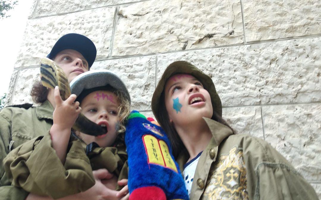 children recreating liberation of kotel